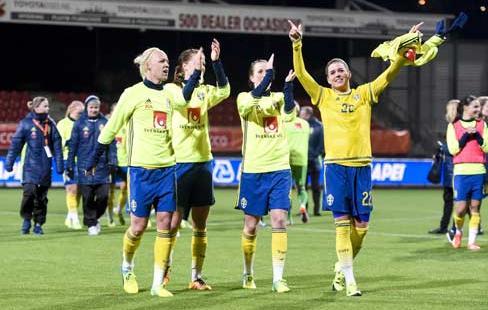 Lättade svenska spelare tackar den fåtaliga publiken d5d8baec7e52e