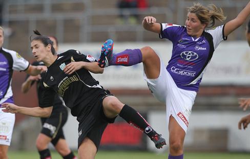 Yael Averbuch och Elin Carlsson utsågs till bästa spelare i  Kopparbergs Göteborg FC och Jitex BK. Här ses de i en duell under derbyt i  Göteborg. 069ce2c7c2d13