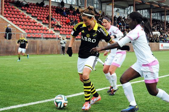 AIKs Madeleine Tegström och Anita Asante, i bakgrunden Katheleen Radkte. FOTO: Anders Henrikson.