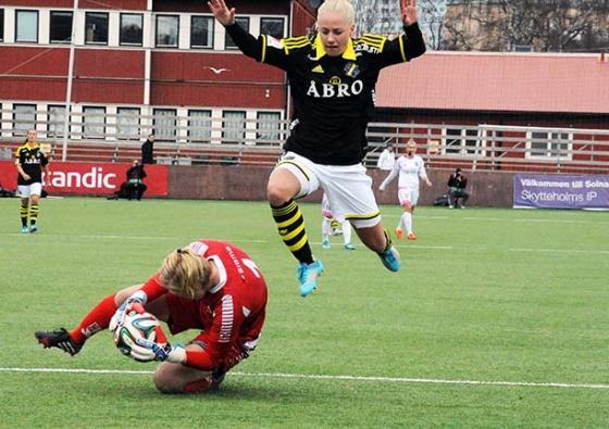 Sarah Storck mot FC Rosengårds målvakt Thora Helgadottir. FOTO: Anders Henrikson.